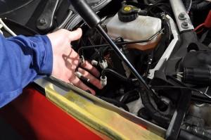 ブレーキの配管を外します。