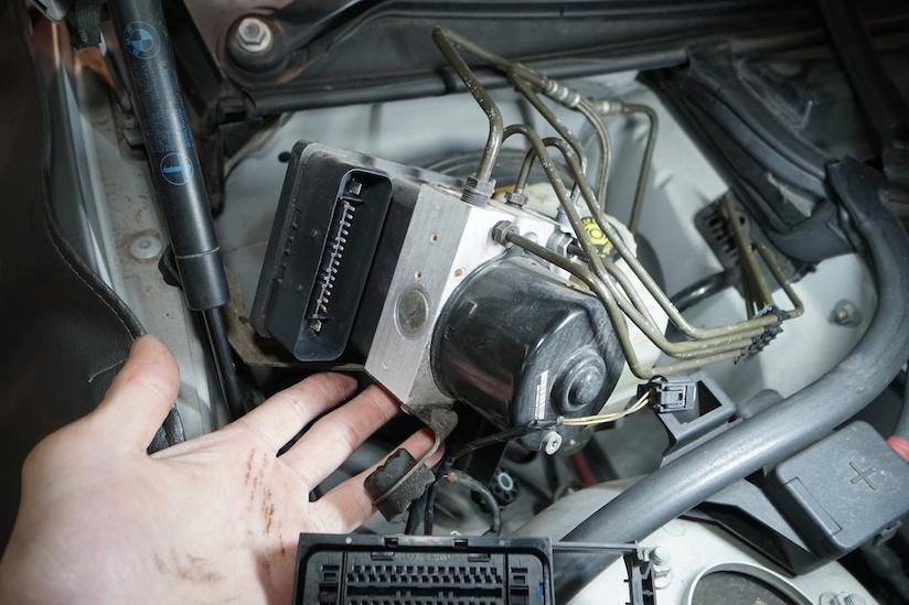 BMW E46 ABSユニットを外す様子