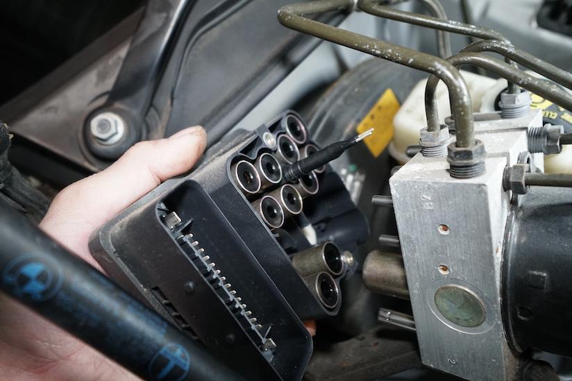 BMW E46 ABSユニット取り外す様子