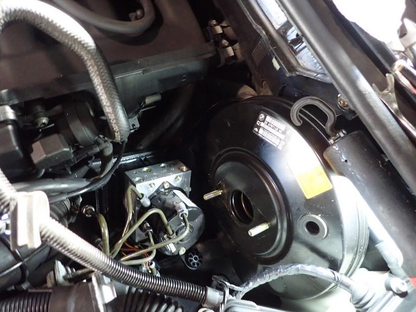 左ハンドルBMW E46 ABSユニットの設置場所写真