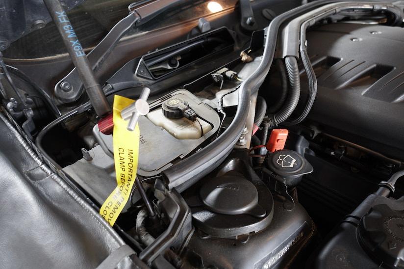 BMWE92ABSユニット取り付け位置のわかる写真