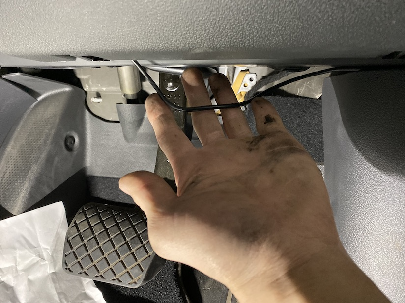 ブレーキ足元の配線